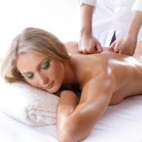 Una quiromasajista profesional se encarga de hacer todo tipo de masajes terapéuticos, reflexología podal o incluso reiki. Contáctanos.
